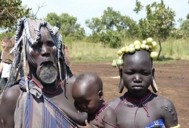 ethiopie, femme mursi, femme à plateau